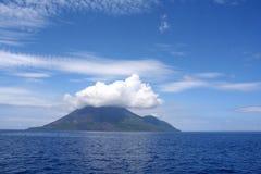 Nubes sobre la isla volcánica Foto de archivo libre de regalías