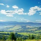 Nubes sobre la montaña verde foto de archivo libre de regalías