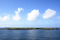 Nubes sobre la pequeña isla Imágenes de archivo libres de regalías