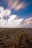 Nubes sobre la playa arenosa Fotos de archivo libres de regalías