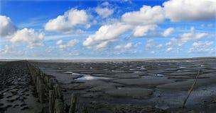 Nubes sobre la playa durante la bajamar Foto de archivo libre de regalías