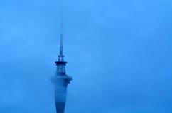 Nubes sobre la torre del cielo de Auckland - Nueva Zelanda Imagen de archivo libre de regalías