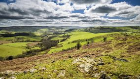 Nubes sobre las colinas verdes frescas en la primavera metrajes