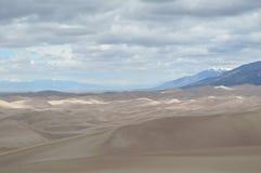 Nubes sobre las grandes dunas de arena parque nacional, Colorado fotografía de archivo