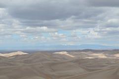 Nubes sobre las grandes dunas de arena parque nacional, Colorado fotos de archivo