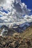 Nubes sobre las montañas Fotografía de archivo libre de regalías