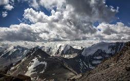Nubes sobre las montañas Foto de archivo libre de regalías