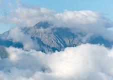 Nubes sobre las montañas imagen de archivo