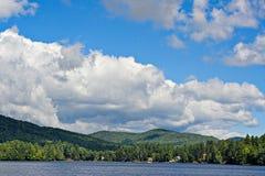 Nubes sobre las montañas Imagenes de archivo