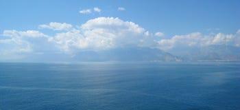 Nubes sobre las montañas Fotos de archivo