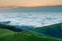 Nubes sobre las montañas almacen de video
