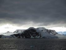 Nubes sobre las montañas Imágenes de archivo libres de regalías