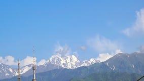 Nubes sobre las montañas almacen de metraje de vídeo