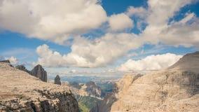 Nubes sobre las montañas de la dolomía del lapso de tiempo de verano de Sella Ronda, Italia almacen de metraje de vídeo