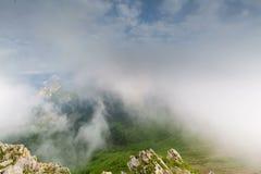 Nubes sobre las montañas niebla almacen de video