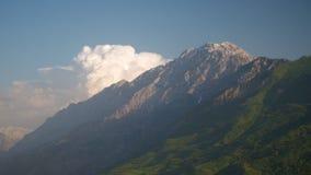 Nubes sobre las monta?as y el valle almacen de video