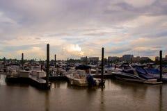 Nubes sobre los barcos atracados fotografía de archivo