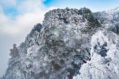 Nubes sobre los picos Fotos de archivo libres de regalías