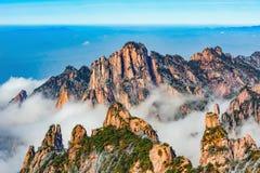 Nubes sobre los picos coloridos del parque nacional de Huangshan imagenes de archivo