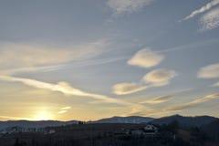 Nubes sobre pequeña ciudad en un valle D?a a la noche Cielo de la puesta del sol Cielo de oscurecimiento por la tarde fotos de archivo libres de regalías