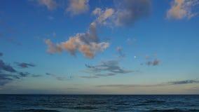 Nubes sobre salida de la luna ondulada del océano 01 almacen de video