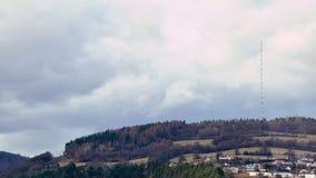 Nubes sobre torre de difusi?n en el top de la colina Mañana soleada y nublada Extremo del winer Tráfico de la mañana en el puente almacen de video