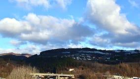 Nubes sobre torre de difusi?n en el top de la colina Ma?ana soleada y nublada Extremo del winer Tr?fico de la ma?ana en el puente almacen de video