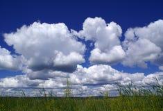 Nubes sobre un campo Imagenes de archivo