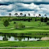 Nubes sobre un campo de golf imágenes de archivo libres de regalías