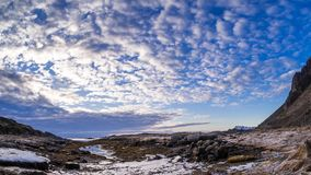 Nubes sobre un fiordo en Gimsoy en un timelapse almacen de metraje de vídeo