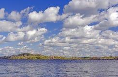 Nubes sobre un lago wilderness Foto de archivo libre de regalías