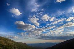 Nubes sobre un valle de la montaña Imagen de archivo libre de regalías