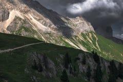 Nubes sobre una cordillera en las montañas austríacas foto de archivo