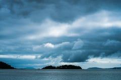 Nubes sobre una isla Imagenes de archivo