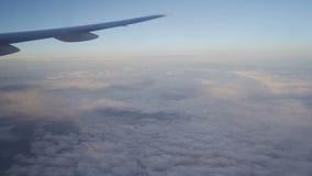 Nubes, sol, cielo como a través vista ventana de un avión almacen de metraje de vídeo