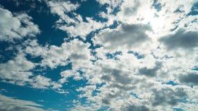 Nubes, sol y cielo azul, time lapse almacen de metraje de vídeo