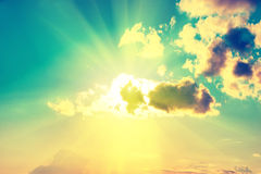 Nubes, sol y cielo azules Imagen de archivo