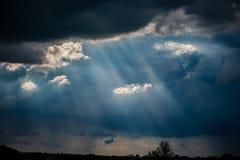 Nubes, sol y lluvia de tormenta en el campo foto de archivo libre de regalías