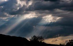 Nubes, sol y lluvia de tormenta en el campo imagenes de archivo