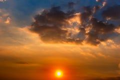 Nubes, The Sun y rayos coloridos de Sun en el cielo en la puesta del sol fotos de archivo