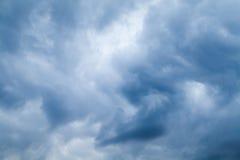 Nubes tempestuosas azules, foto natural del fondo del cielo Foto de archivo