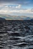 Nubes tempestuosas bajas oscuras sobre el agua, paisaje antes de la tormenta Foto de archivo