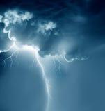 Nubes tempestuosas con los relámpagos
