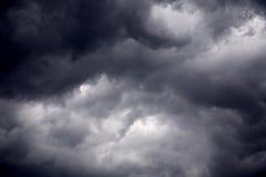 Nubes tempestuosas del negro pesado del vendaval Foto de archivo libre de regalías