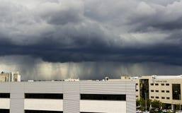 Nubes tempestuosas del área industrial Foto de archivo libre de regalías