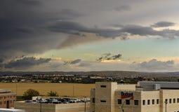 Nubes tempestuosas del área industrial Fotos de archivo