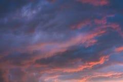Nubes tempestuosas en cielo dramático Foto de archivo