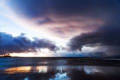 Nubes tempestuosas en puesta del sol imagenes de archivo