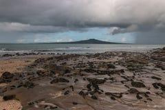 Nubes tempestuosas que recolectan sobre la isla de Rangitoto Foto de archivo libre de regalías
