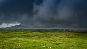 Nubes tempestuosas sobre el campo, Skye Island, Escocia almacen de video